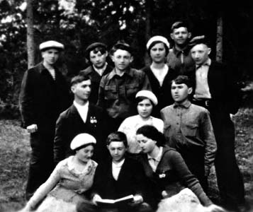 Yevgeniya's sisters: Hanna and Shifra (bottom row, the last on the left and upper row, the second on the left – both in berets) and brother Bentzi (the last on the right in the upper row) in Ulla with their friends, photo dating from 1938-1939