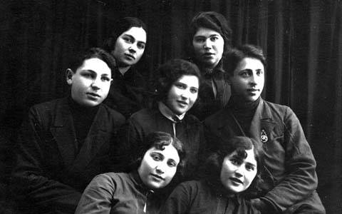 Man in the middle row – my father Yevsey Alterovich Hayet. Next to him – mother Haya Mendelevna Ritz. Mother's sister Kissa – in the lower row, the last on the right.