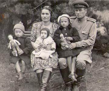 Бабушка Мария с детьми - Светой, Валерой и Вячеславом.