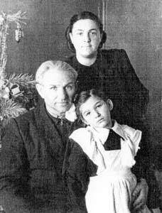 Дядя Яша, его жена Раиса Захаровна и дочь Роза.