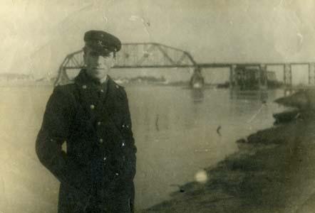 Файвиш Козлянский у моста-дублера. Ярославль, 1948 г.