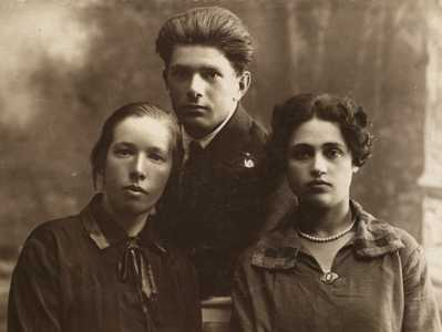 Доня Липкина, ее брат Самуил и его жена Маня Ривлина.