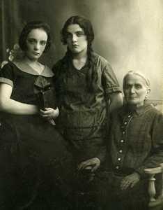 Сара Шульман с дочерьми Ентой и Дорой.