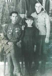 Перед судом. Миша (показывает фигу), Маня, Пашковская.