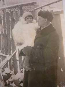 Дед Самуил с внучкой Люсей.