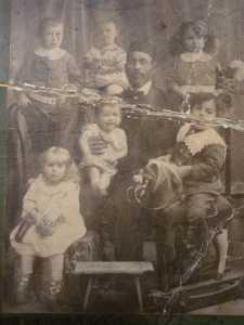 Старейшина рода Коварских Шолом-Иче с внуками.
