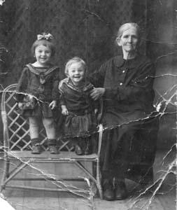 Доба Львовна Лиознянская с внучками Юлией и Полииной.