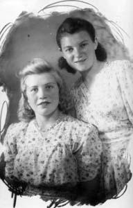 Две юные девушки-подружки Мария Синцова и Вера Гильман. Этот снимок был сделан в 1950 году. Глядя на эти красивые, счастливые лица, даже трудно себе представить, что пришлось им пережить в годы войны.