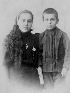 Иосиф Тейтельбаум с сестрой Сорой Рохлей.