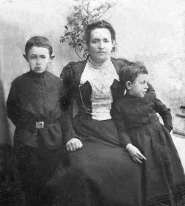 Шолом-Лейб Гинзбург с матерью и сестрой. 1899.
