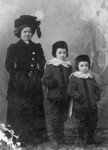 Гертруда Папкова с детьми.