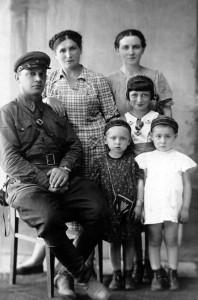 Елизавета Папкова, ее муж, Ольга Папкова, дети Елизаветы Белла и Зина, в белом платье Анна Коган.