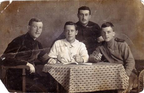 Гирш Эйдинов с друзьями военнопленными.