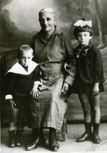 Бася Хейфец с внуками Моисеем и Лизой.