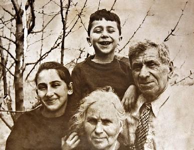 Арон Гальперин с семьей