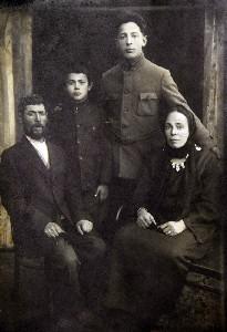 Наум Борер с женой и детьми