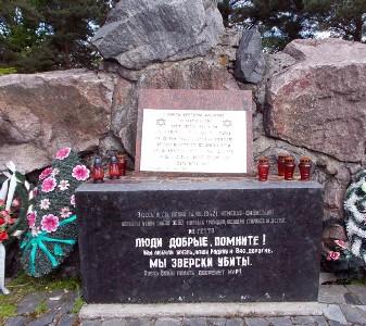 Памятник на могиле убитых евреев в деревне Ленин