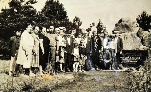 У Мемориала погибшим евреям местечка Ленин