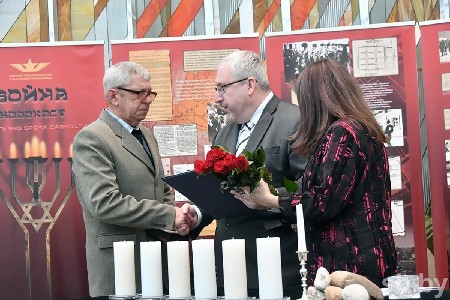 Посол Израиля в Беларуси Алон Шогам вручает награду Анатолию Лёгкому