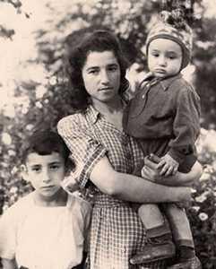 Евгения Гузик с сыновьями.