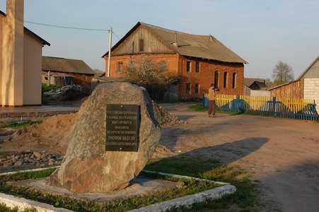 Долгиново. Мемориальный камень Дзмитраку Бядуле.