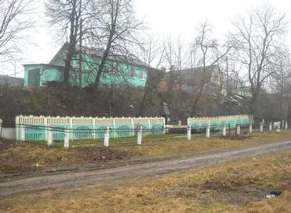Расстрельный ров и памятник на месте массового убийства евреев — узников гетто в Дзержинске.