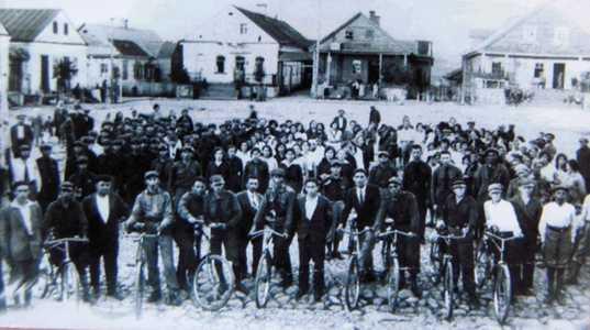 Городок. Велосипедисты.