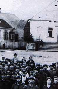 Городок. У синагоги.