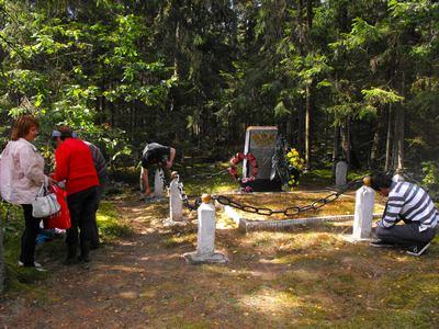 У памятника погибшим партизанам.