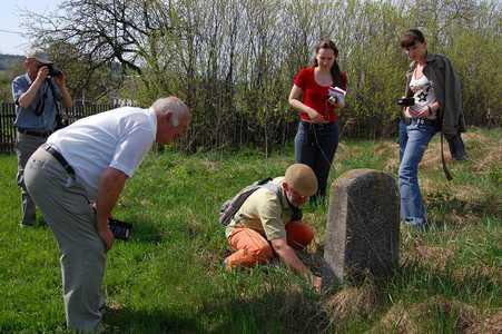Участники этнографической экспедиции, организованной Музеем евреев Польши на еврейском кладбище в Красном.