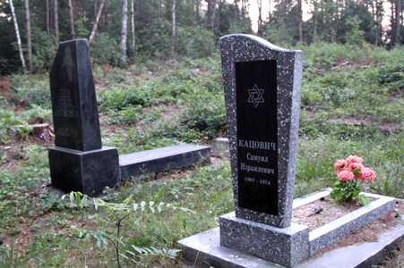 На еврейском кладбище в Кривичах.