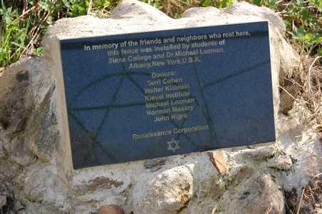 Мемориальная табличка на еврейском кладбище.