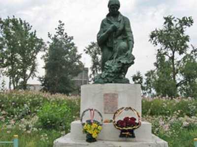 Памятник на месте убийства евреев Любани.