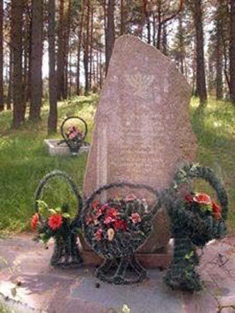 Братская могила на месте массового уничтожения евреев (восточнее д. Новый Свержень, на территории старого еврейского кладбища).