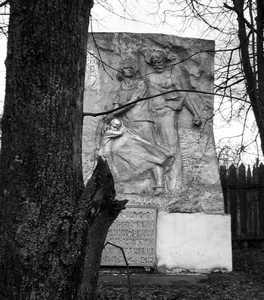 Стелла, установленная на месте расстрела 2000 евреев, жителей местечка Смиловичи и беженцев, оказавшихся в местечке.