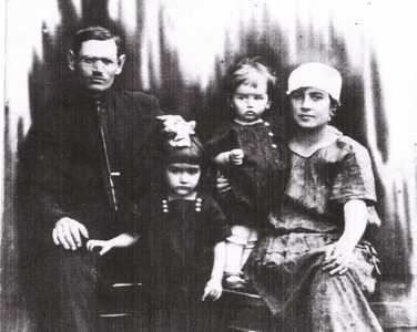 Ганя и Моисей Эйдельманы с детьми Розой и Ромой.