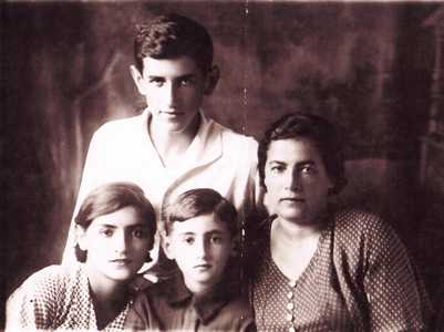 Ганя Эйдельман с детьми.