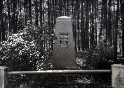 памятник в Уречье.