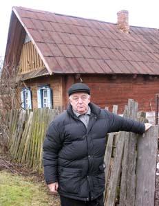 Семен Петрович Двоскин<br />у дома деда.