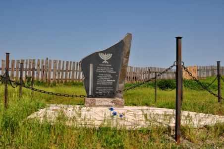Памятник на месте расстрела в Сапежинке.
