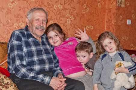 Семен Григорьевич Златин с внуками.