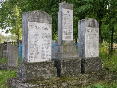 Памятный знак со списками убитых на еврейском кладбище.