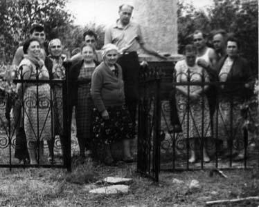 Возле памятника погибшим евреям.