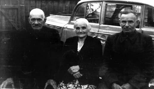 Дядя Гирша, тётя Фрума и папа. 1955 г.