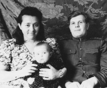 Фаня Сосунова с мужем и дочкой.