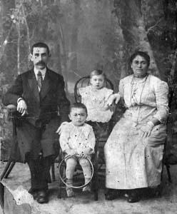 Мейлах и Доба-Мэра Медведевы со старшими детьми Заей (Израилем) (1914) и Машей (Мирьям) (1915). Клинцы, 1916 г.