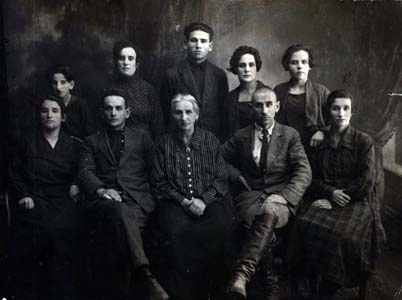Мейлах Медведев (сидит второй справа) с матерью, братьями и сестрами.