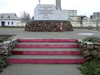 Памятник возле проходной кричевского цементно-шиферного завода.