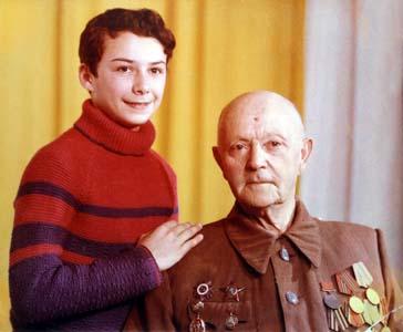 Арон Алтерович Черняков с внуком.