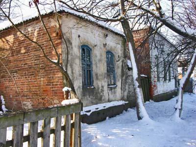 Рядом со зданием синагоги до недавнего времени располагался домик раввина.